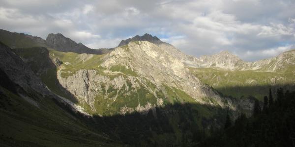 Kaisersteinspitze, hinten Stanskogel (li.) und Fallesinspitze (re.)