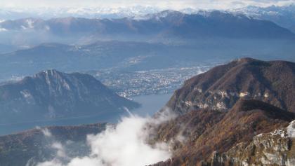 Tiefblick vom Gipfel des Monte Generoso auf den Luganersee.