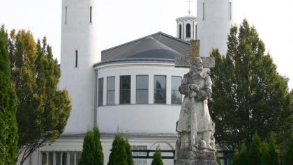 Pfarrkirche des Hl. Nikolaus mit Kriegsdenkmal im Vordergrund