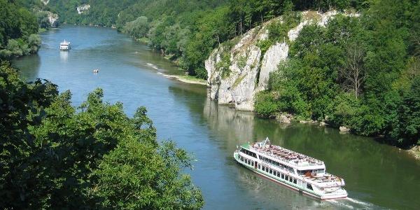 Schifffahrt durch den Donaudurchbruch und das Naturschutzgebiet Weltenburger Enge in Kelheim im Altmühltal