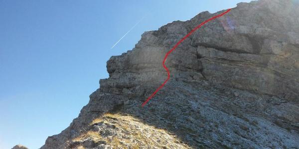 Dieser Anfang ist schwer. Gleich zu Beginn des Grates geht es über diesen Felsabbruch herunter. Die rote Linie zeigt den besten Weg.