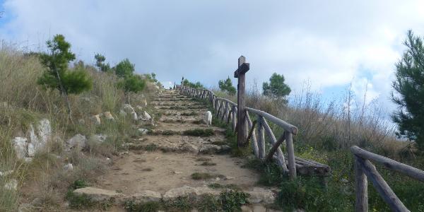 Kreuzgang zur kleinen Kapelle am Monte San Constanzo