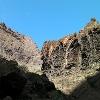 Über uns sind beeindruckende hohe Felsformationen