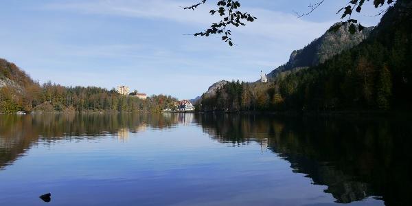 Perfektes Postkartenmotiv: Der Alpsee vor Schloss Hohenschwangau, dem einstigen Grandhotel Alpenrose und Schloss Neuschwanstein