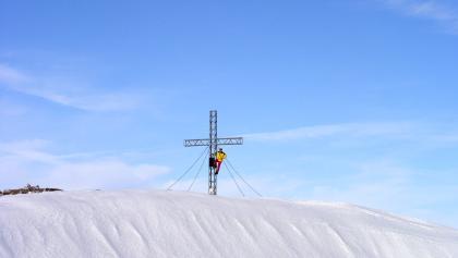 Blick zum Gipfelkreuz vom Schönberg 2090m