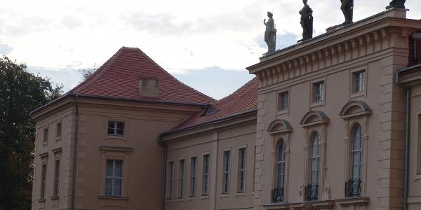 Friedrich Wilhelm I. schenkte 1733 Schloss Rheinsberg seinem Sohn Kronprinz Friedrich, der es 1744 seinem Bruder Prinz Heinrich überließ.