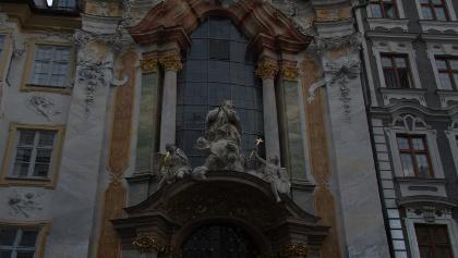 Vor der Asamkirche in München.