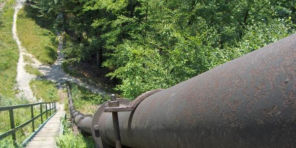 Himmelsleiter und Pipeline am Fuß des Hochbehälters