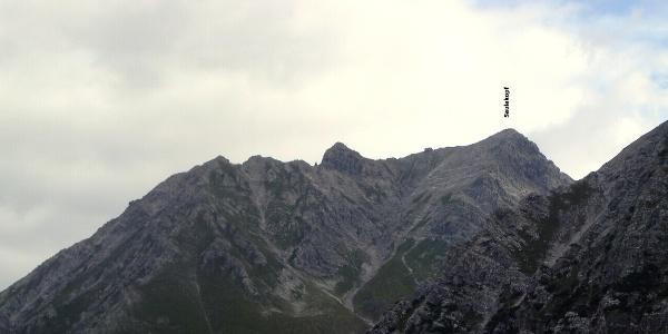 Links vom Saulakopf (2517 m) erhebt sich die Brandner Mittagsspitze (2557 m)