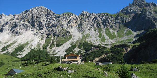 Die Heinrich Hueter Hütte am Fuße der Zimba.
