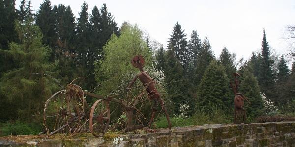 Skulpturen auf den Resten der historischen Stadtmauer