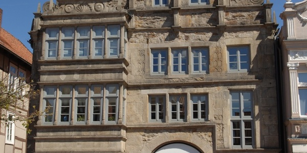 Prächtige Bauten im Stil der Weserrenaissance säumen den Marktplatz in der Stadthäger Altstadt