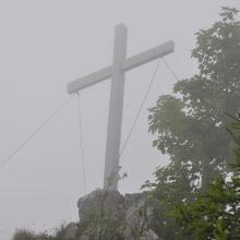 Gipfelkreuz auf dem Geierstein noch im Morgennebel