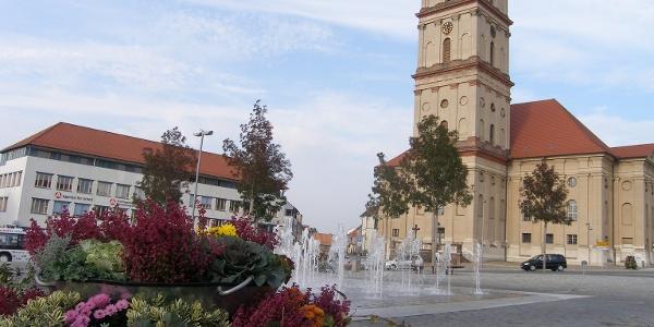 Das Zentrum der barocken Stadtanlage von Neustrelitz bildet der Marktplatz mit Stadtkirche.