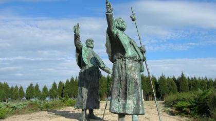 Die Pilgerstatuen auf dem Monte do Gozo weisen gen Santiago de Compostela.