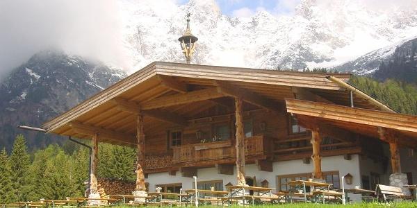 Für Wanderer und Bergsteiger ist die Wochenbrunner Alm ein bekanntes Zentrum zum Start für zahlreiche Touren ins Kaisergebirge.
