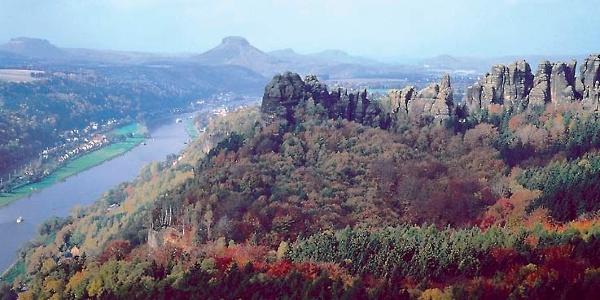 Wir wandern teils durch die schroffe Felsenlandschaft des Elbsandsteingebirges und teils am Ufer der Elbe entlang.