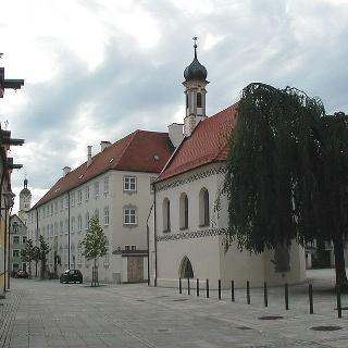 Der Kirchplatz von St. Stephan mit der Gruftkapelle.
