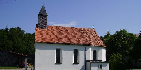 Die Kapelle und der Ort St. Leonhard bieten sich für eine Rast an.