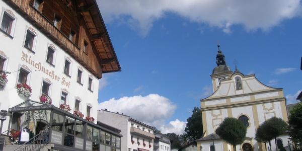 """Die Altstadt von Rinchnach bestimmen die markanten Gebäude des """"Rinchnacher Hofes"""" und der katholischen Kirche."""