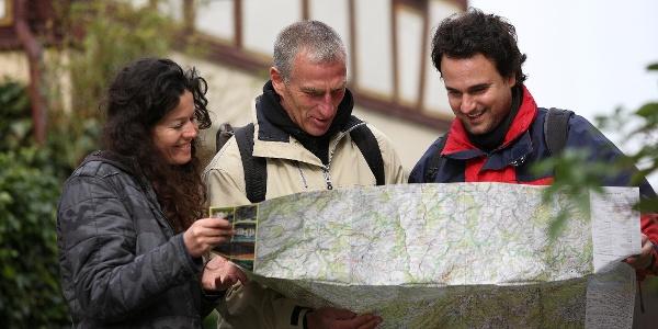 Wanderer im historischen Ortskern Herrstein