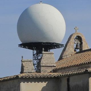 Radaranlage hinter der Klosterkirche Santuari de Cura