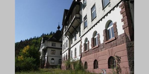 Das ehemalige Lungensanatorium Charlottenhöhe liegt einsam im Wald.