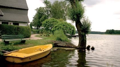 Die zahlreichen Seen laden zum Baden und Bootfahren ein.