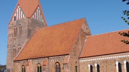 """Die Kirche mit dem Wahrzeichen der Gegend, der """"Speckmütze""""."""
