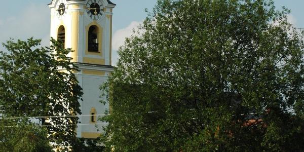 Die Heilig-Kreuz-Kirche von Berbling ist eine Besichtigung wert.