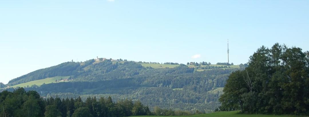 Die markante Silhouette vom Fernsehturm und der Wallfahrtskirche auf dem  Hohenpeißenberg.