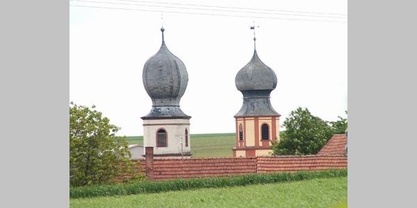 Neuses am Berg, die Zwiebeltürme der katholischen Kirche St. Nikolaus und der evangelischen Kirche St. Nicolai.