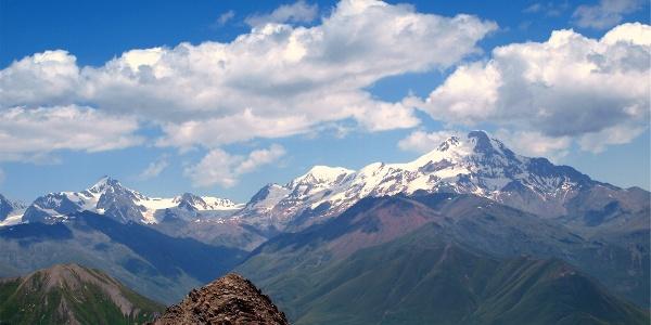Kasbek vom Bidaragipfel 3174m gesehen.