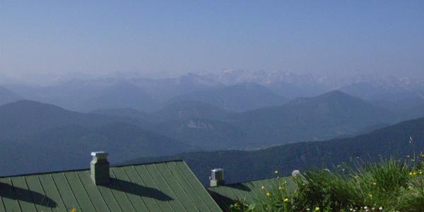 Blick vom Brauneck-Gipfel ins Karwendel. Am unteren Bildrand ist das Brauneck-Haus zu sehen.
