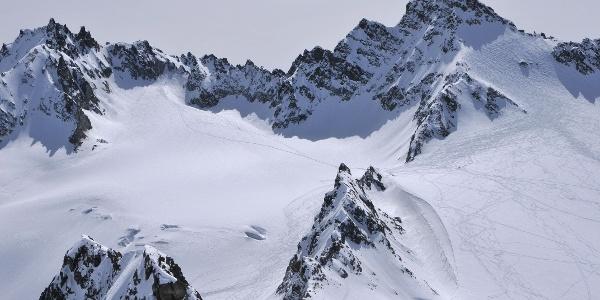 Ochsenkopf: Blick auf Vordere Jamspitze (links) und Dreiländerspitze (rechts)