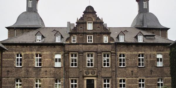 Vor dem Schloss Hugenpoet.