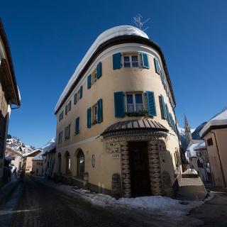 Engadiner Haus im Dorf Sent