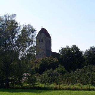 Blick zurück auf die romanische Kirche.