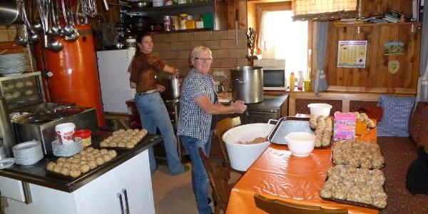 In der Küche werden Leckereien vorbereitet.