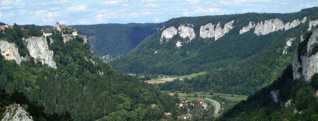 Blick vom Eichfelsen auf Schloss Werenwag und Langenbrunn