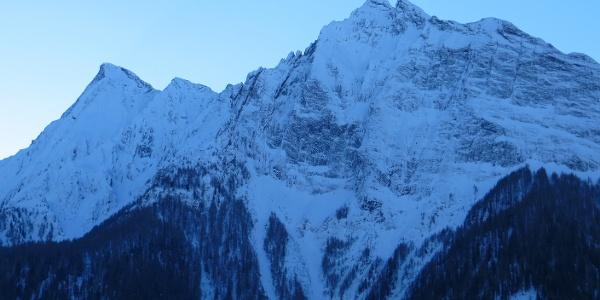 Schon beim Start beeindrucken die schroffen Pfitscher Berge. Hier Torwand und Rübespitze