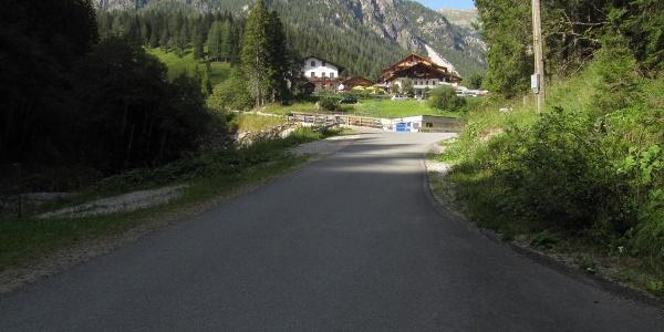 Kurz vor dem Hoteldorf Tuffbad, im Hintergrund die Weittalspitze