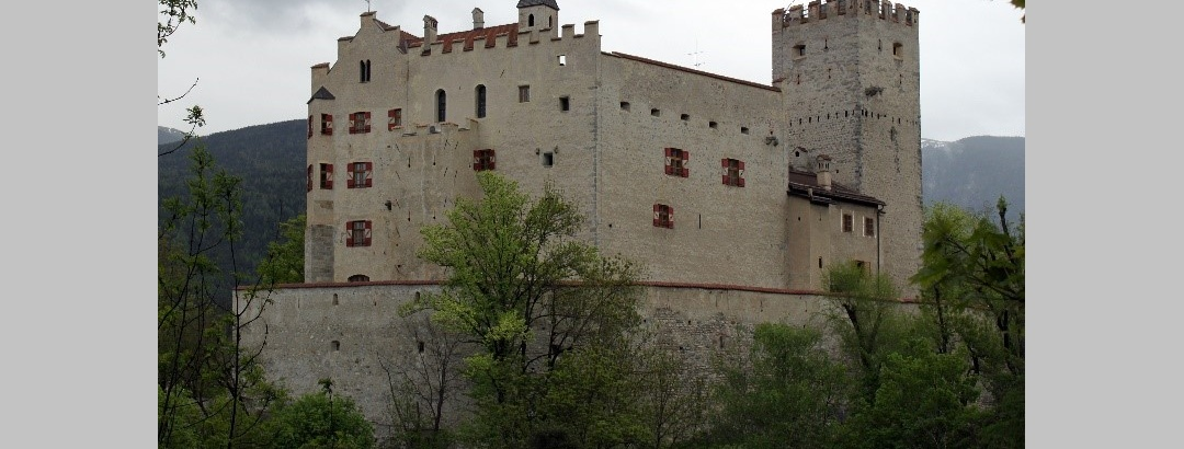 Das Schloss Bruneck in der gleichnamigen Stadt