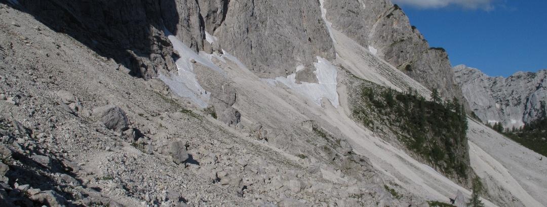 Der Klettersteigbeginn ist am Beginn des dunklen Einschnitt