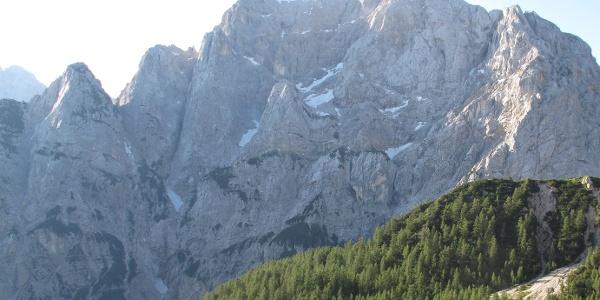 Blick vom Vratica Sattel zum Prisank (Prisojnik), das Fenster (Okno) liegt in der dunklen Scharte recht oben