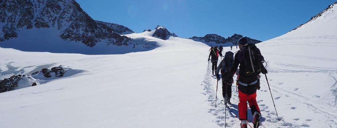 Die lange Querung des Alpeiner Ferners beginnt - die Obere Hölltalscharte ist knapp links der Bildmitte zu erkennen.