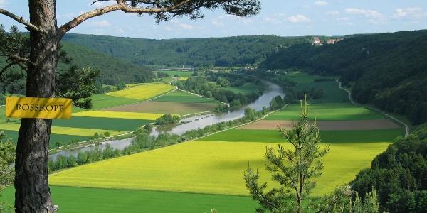 Blick vom Rosskopf ins Altmühltal und zum Schloss Eggersberg