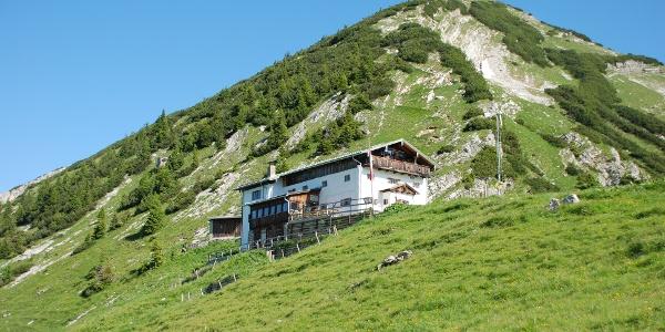 Blick vom Delpsjoch zur Hütte