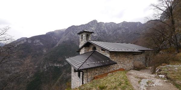 La cappella San Giovanni in mezzo alle montagne.