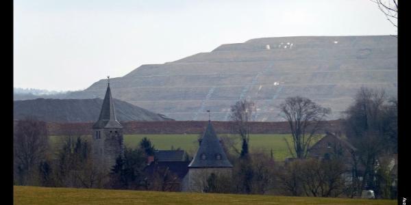 Kirchturm und Wehrturm von Schöller vor dem Kalksteinbruch, Wuppertal, Bergisches Land, NRW, Deutschland